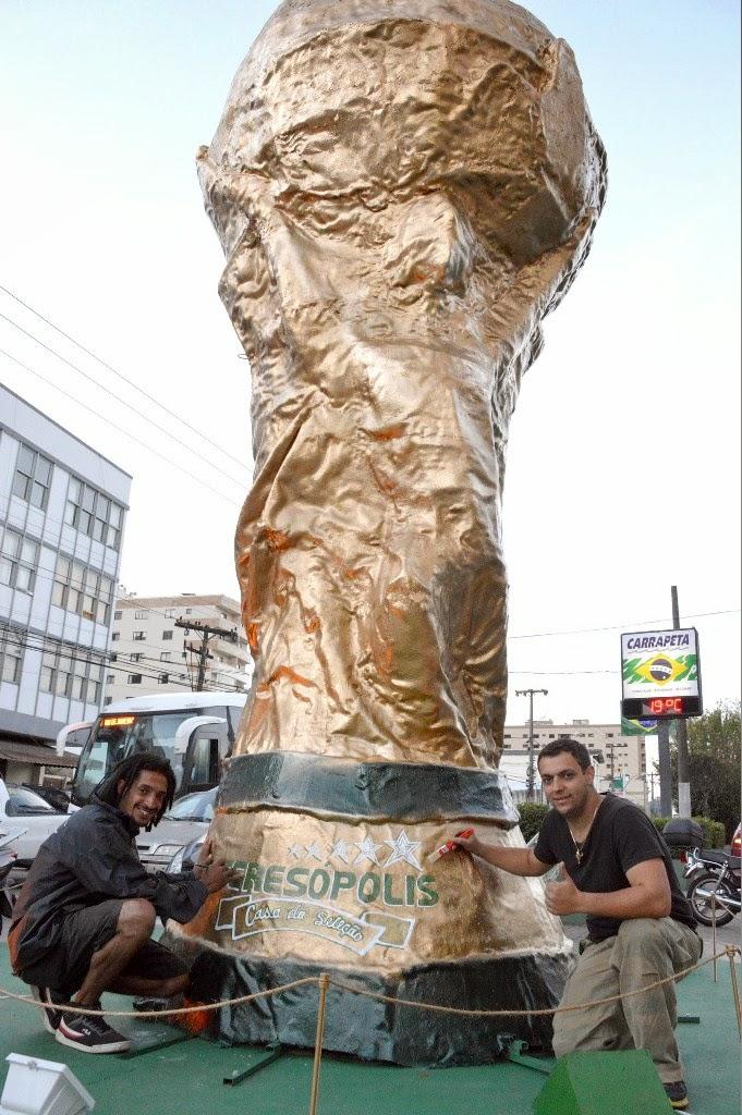 Artistas plásticos Igor Miller e Bruno Wallardan estão finalizando o acabamento da escultura, que deve estar pronta esta semana