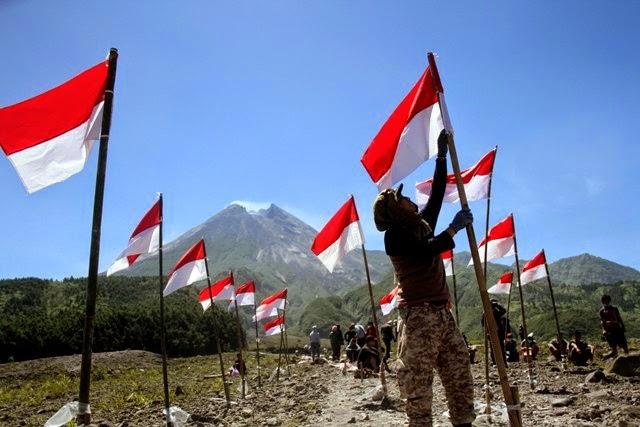 1.000 Bendera Merah Putih Berkibar di Kaki Gunung Merapi