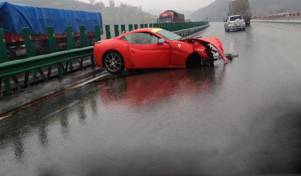 auto Acidente com Duas Ferrari na China