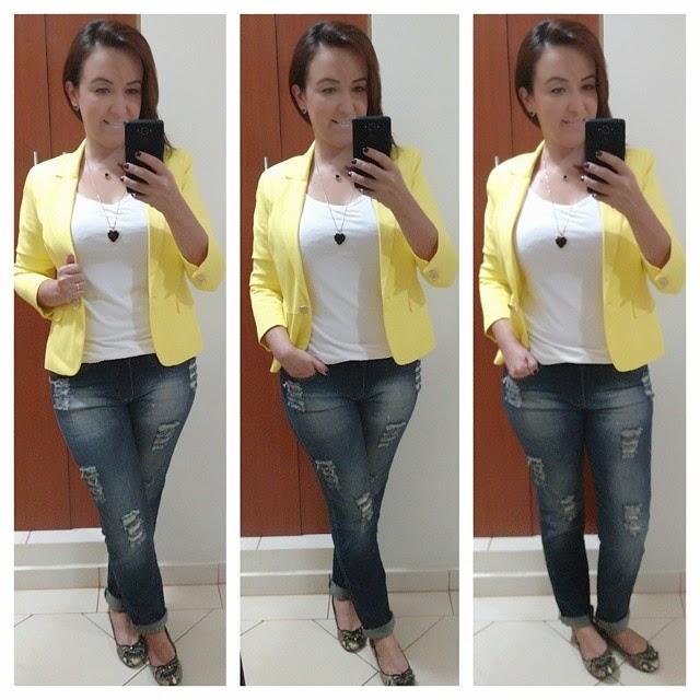 calça jeans destroyed, camiseta branca, blazer amarelo, mix de correntes, sapatilha snake print, blog camila andrade, look no trabalho, blog de moda em ribeirão preto