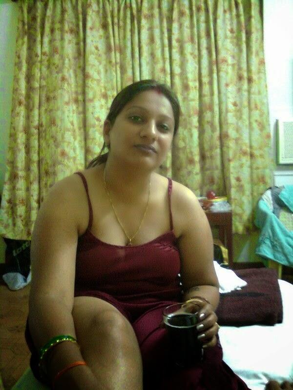 hot mumbai bhabi shows her milky boobs