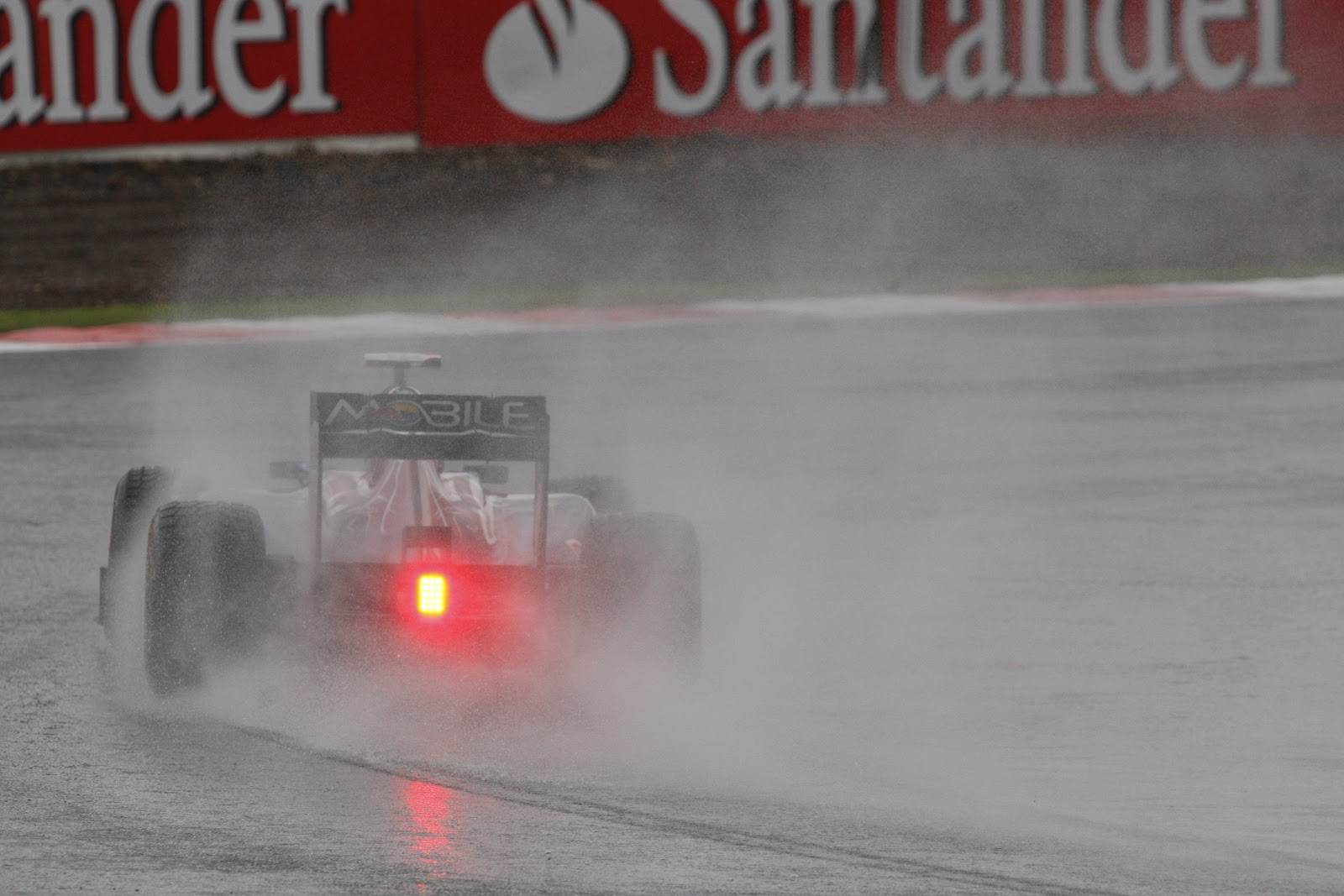 http://1.bp.blogspot.com/-UtIUDfqchZo/T_S-L5dFoiI/AAAAAAAABNs/eXqD0NxJTgE/s1600/Silverstone+2011+wet.JPG