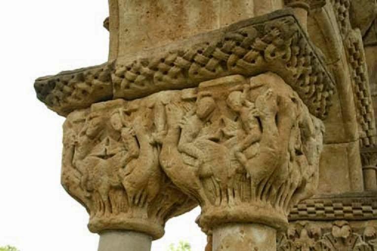 Capitel de Palamos  jinetes armados con hachas