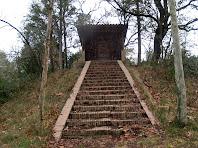 L'escalinata per accedir a la capella del campament