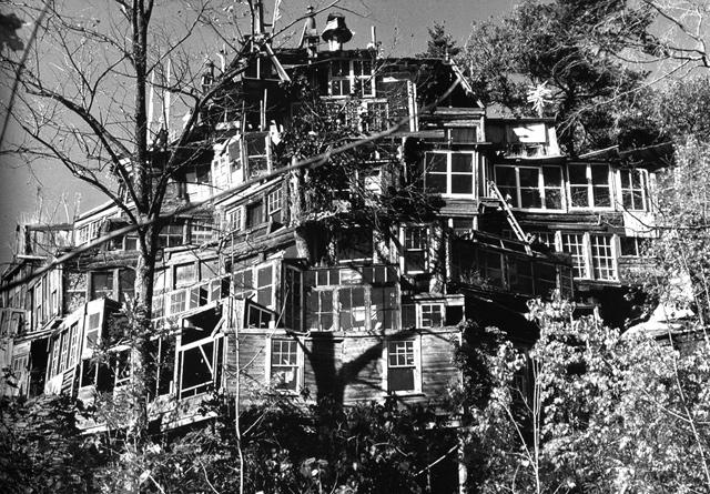 La Maison Du Miroir korzen is in the garden: clarence schmidt ( 1897 - 1978 ) - la