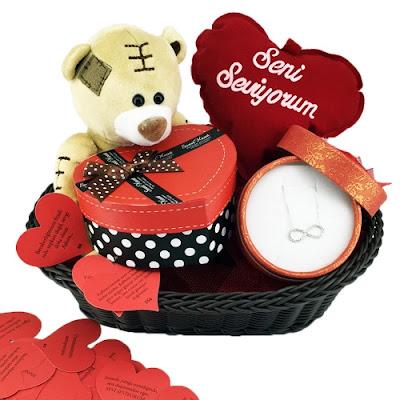 yılbaşı için romantik hediye sepetleri