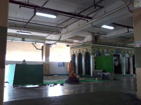 Beberapa wanita ikut sholat zuhur di masjid Nurul Anwar Plaza Blok M Jakarta Pusat