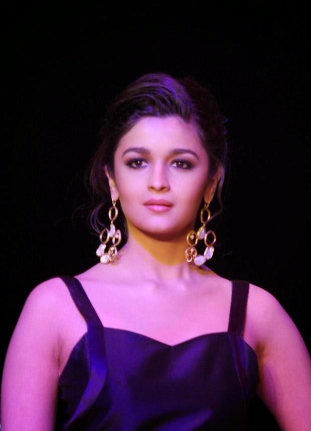 Alia Bhatt Looks very Hot while walking on ramp,Alia Bhatt Latest Hot Pics