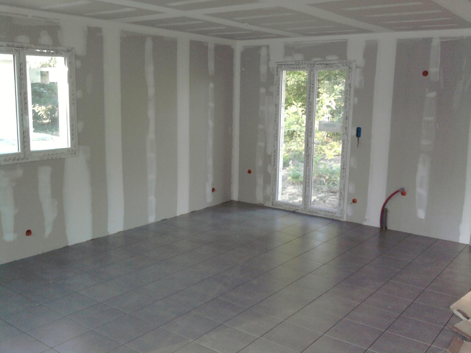 Construction maison carrelage du salon et salle de bain - Salon construction maison ...