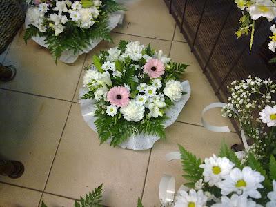 Decoración floral con paniculata, verde, margaritas y algo de rosa (lilium) 1
