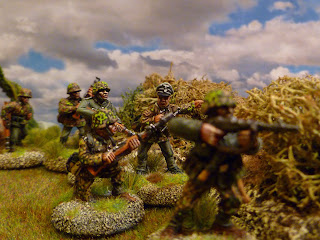 Demi-groupe de combat en embuscade. Figurines Black Tree Design et Artizan Designs.