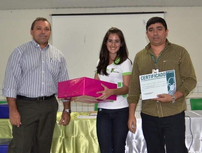 Correios entrega prêmios a vencedoras do concurso de redação de cartas