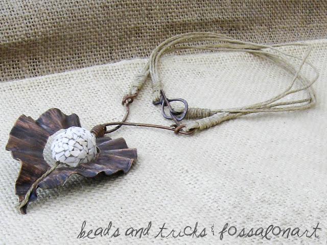 Collana foglia in rame, corda, frammenti di conchiglia