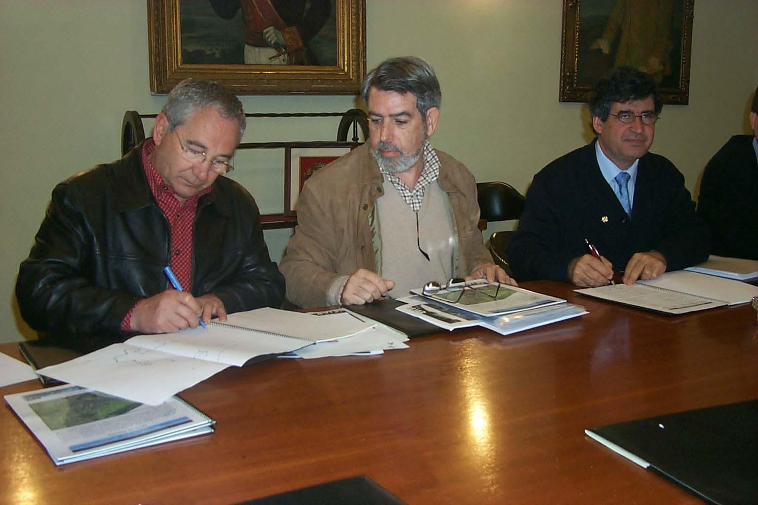 Francisco Montero y el alcalde firman el proyecto urbanistico en el ayuntamiento