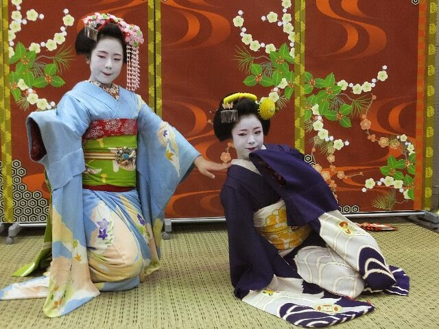 祇園恋しいゃ~だらりの帯びよぅ~と舞う姿も色ぽぃ。