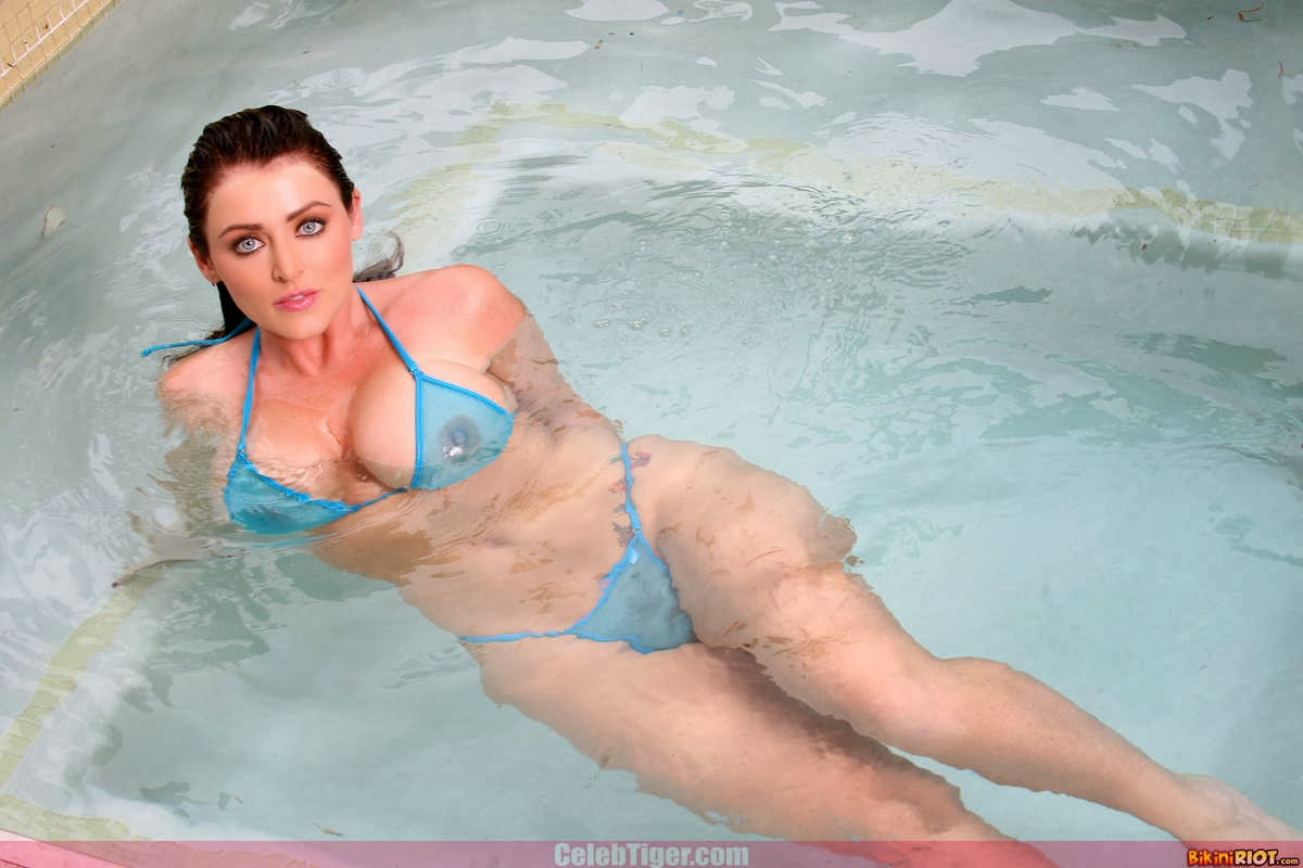 Busty+Babe+Sophie+Dee+Wet+In+Pool+Taking+Off+Her+Blue+Bikini+Posing+Naked www.CelebTiger.com 19 Busty Babe Sophie Dee Wet In Pool Taking Off Her Blue Bikini Posing Naked HQ Photos