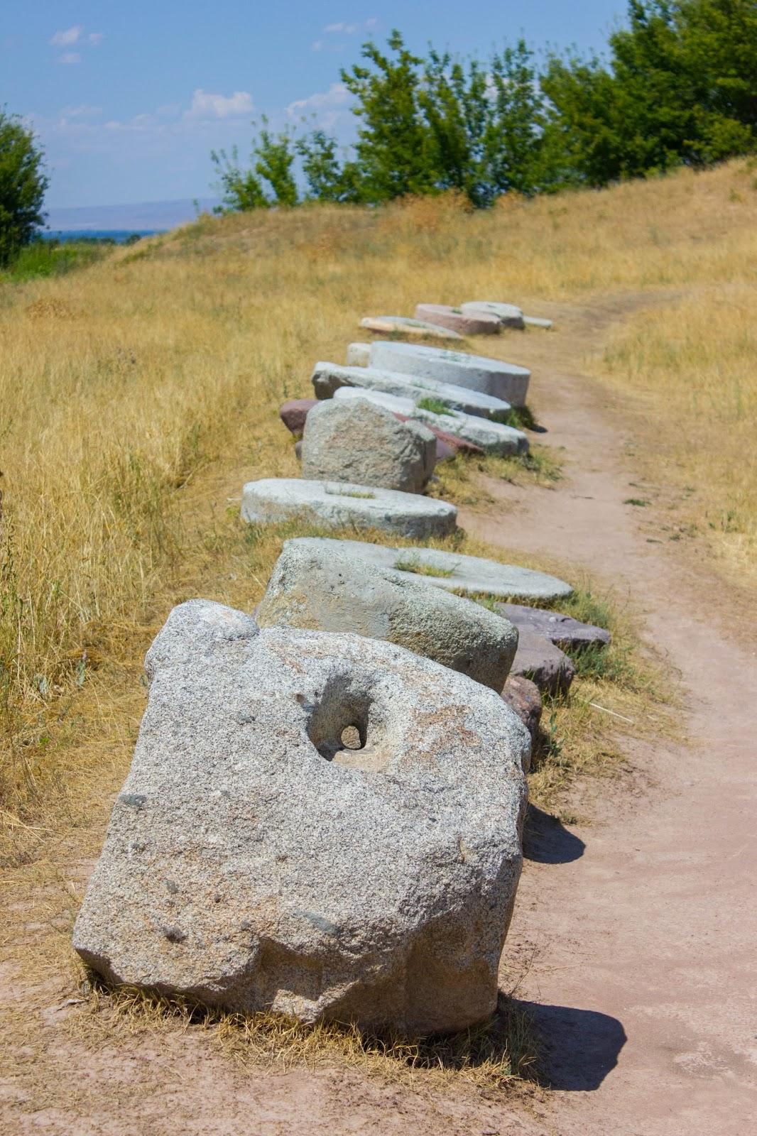 Кыргызстан, Бурана, зернотерки и молотильные камни
