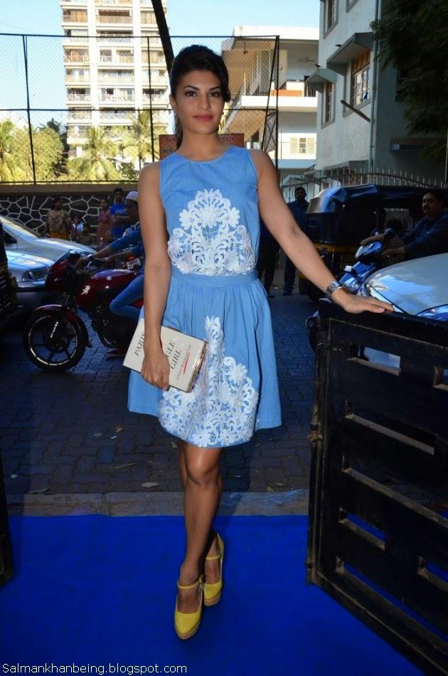 Jacqueline Fernandez showing Hot legs