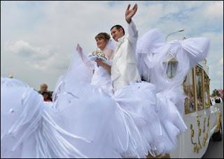 اكثر من 300 شخص يحملون أطول طرحة زفاف فى العالم