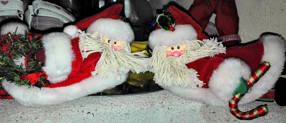 Joulupukkikaksikko makoilee lokoisasti tason reunalla.