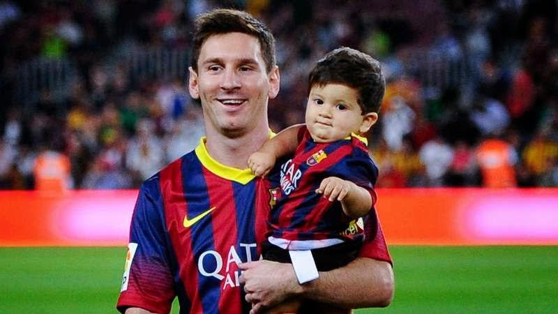 Foto bayi lucu pakai kostum sepak bola barcelona menggemaskan