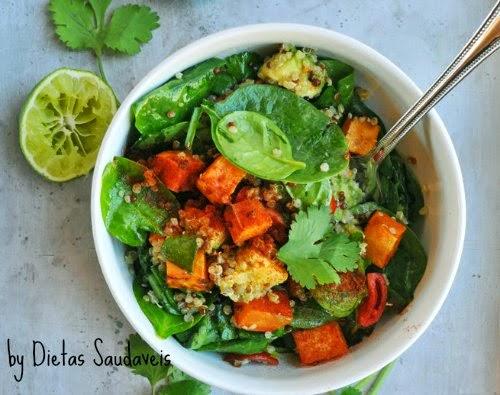 Salada de espinafre, batata doce e quinoa