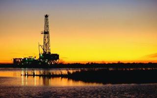 Thông tin kinh tế về giá dầu mỏ thế giới - Giá dầu giảm mạnh vì dự báo FED nâng lãi suất
