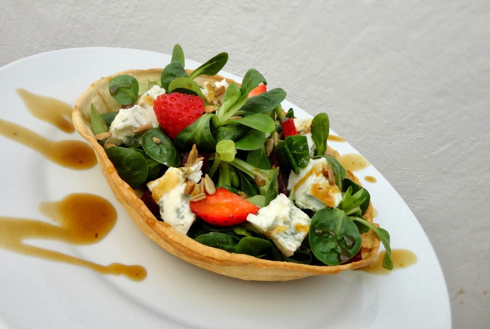 cocinaros: Ensalada de Gorgonzola y fresas en cuenco de pan casero