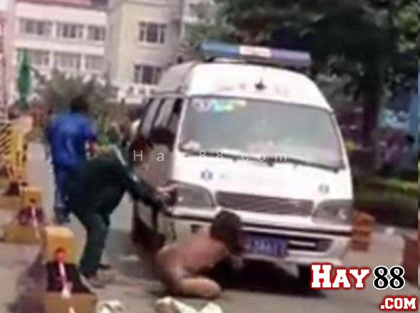Người phụ nữ khỏa thân ngăn xe cứu thương chở nạn nhân đi cấp cứu