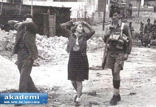 İngiliz askerleri şüphelendikleri Haganah  militanlarını tutuklamış 1948