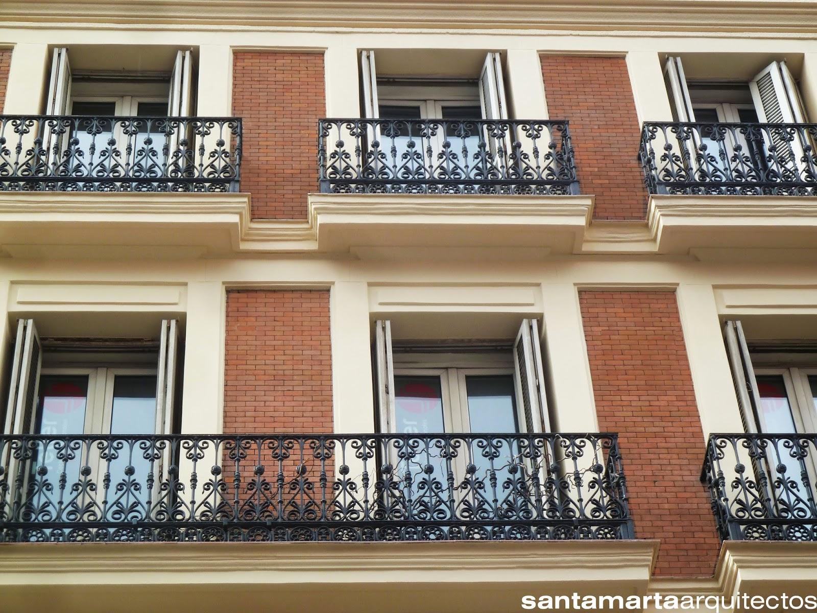 Aspecto de las cornisas y paños de ladrillo visto tras la rehabilitación del edificio