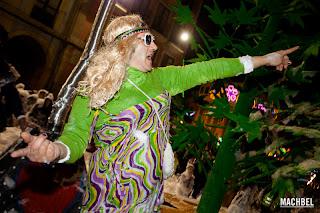 Hombre sin vergüenza ninguna, disfrazado de mujer en una carroza del carnaval de Avilés.