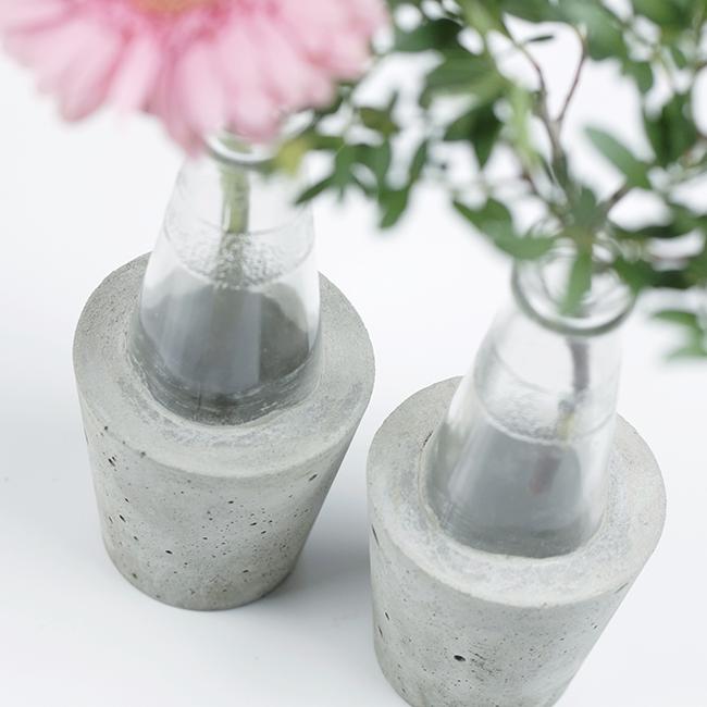 Ynas design Blog | Gerbera und Grünzeug in Sanbitter-Betonvase