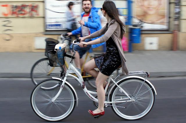 Czerwone szpilki na rowerze podczas Eleganckiej MAsy