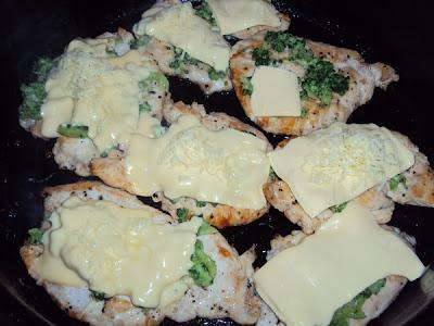 Pierś z kurczaka smażona z serami i brokułem