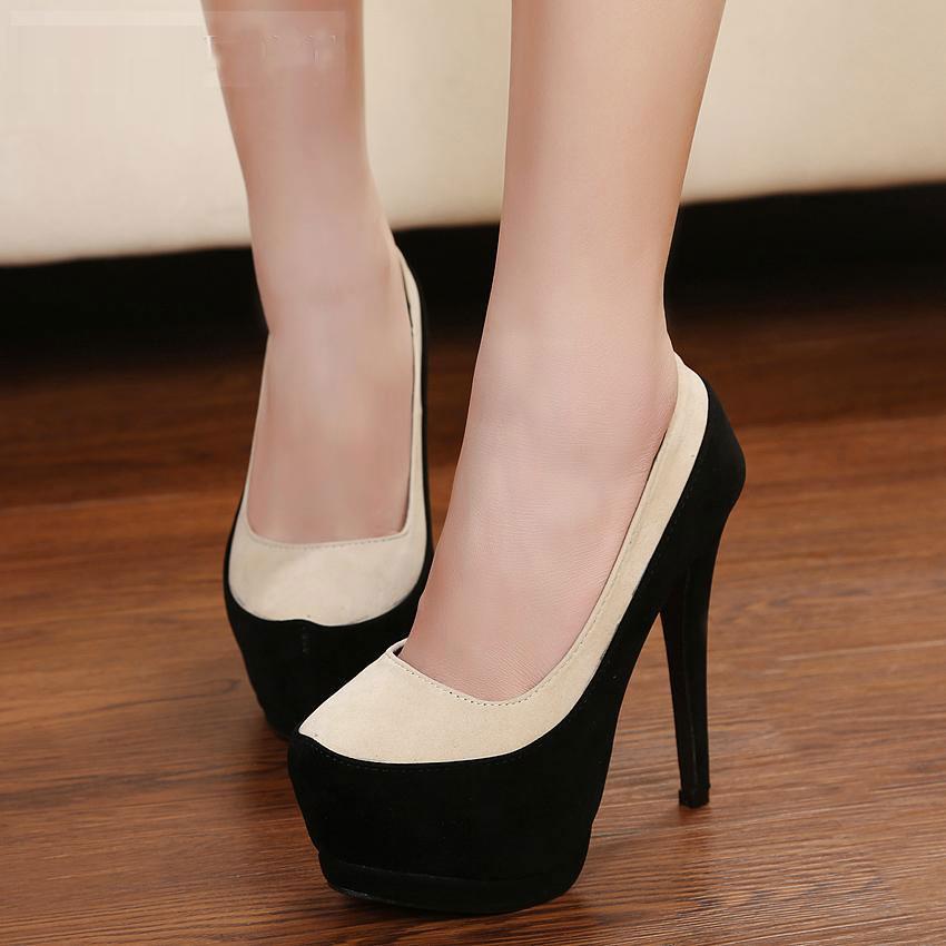 Siyah beyaz sade ve şık bir ayakkabı