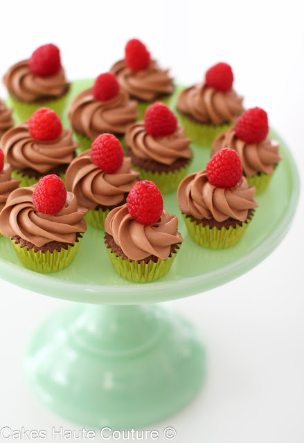 Cupcakes de chocolate, fruta de la pasión y frambuesas