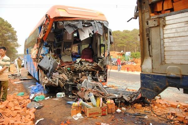 Xe khách Việt Tân Phát đâm xe tải, 2 người chết, 16 người bị thương