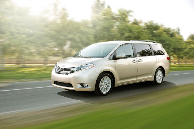 Front 3/4 view of 2015 Toyota Sienna Limited
