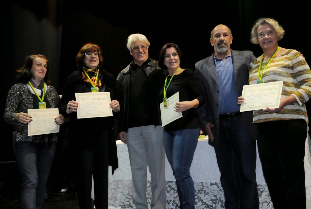 Secretário de Cultura, Arnaldo Almeida, e presidente da ATl, Delmo Ferreira, com as ganhadoras da medalha de bronze da mostra comemorativa de 31 anos da Soarte