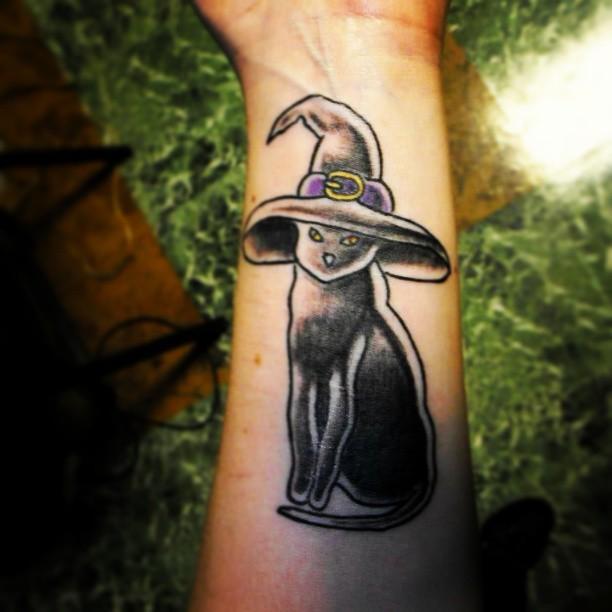 tatuaje old school de gato con gorro de bruja
