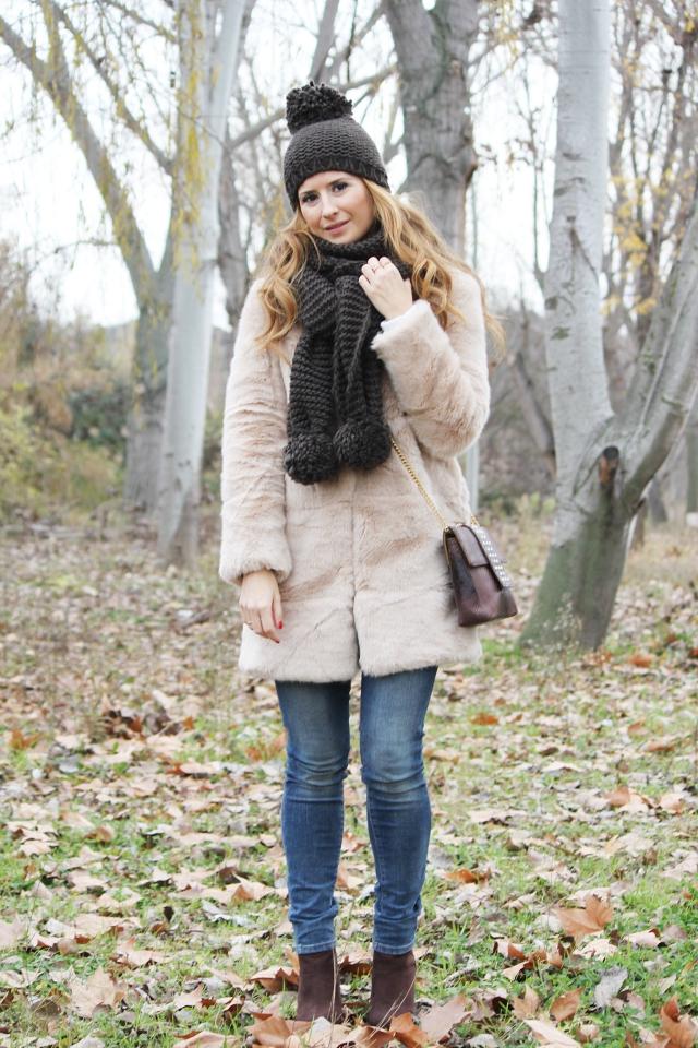 Abrigo de pelo y botas marrones