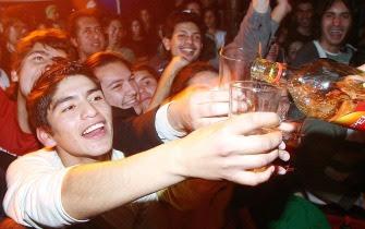 Adolescente bebiendo en la subida