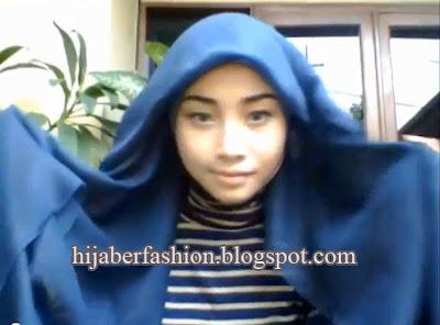 ... , Bentuk jilbab menjadi segi tiga, dan kenakan jilbab di kepala