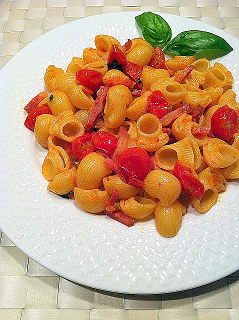 Pasta con panceta, tomates cherry y albahaca