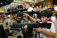 Niños jugando video juegos de armas