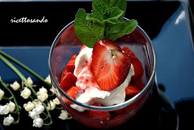 Bicchierini di fragole e yogurt per la festa della mamma