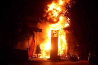 pemadam kebakaran sempat terkendala untuk proses pemadaman selain mobil tangki sebuah mobil mini bus yang terparkir di luar areal SPBU ikut terbakar
