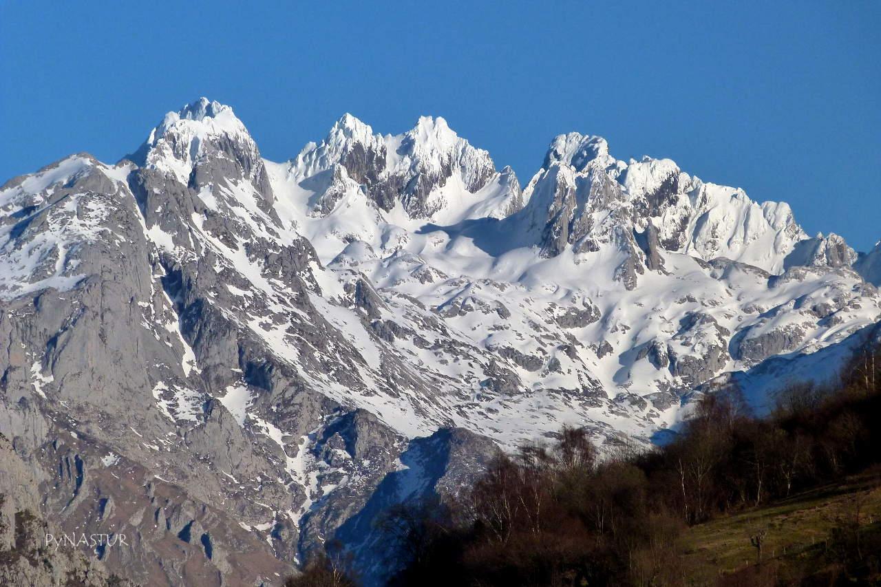 Picos de Europa desde el pueblo de Pen  - Amieva