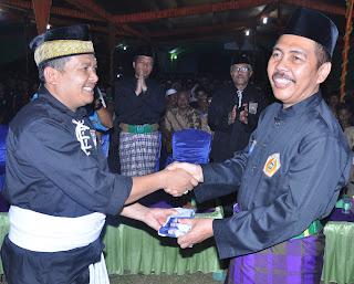 Ishak Mekki menyantap Buceng bersama Ribuan Warga PSHT